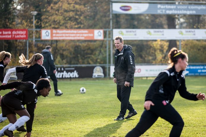 Martin Wijnbergen geniet met de speelsters van Witkampers van uitstekende uitslagen in de hoofdklasse.