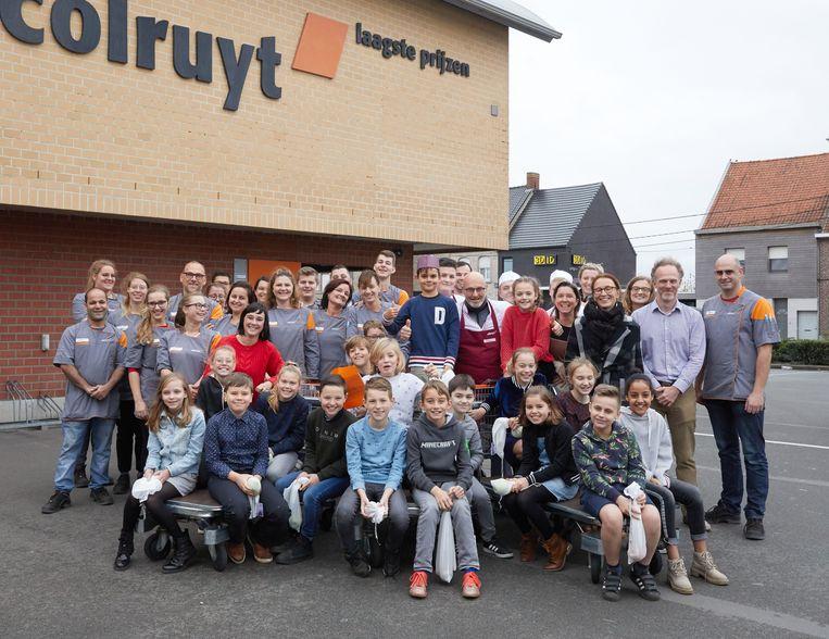 Na het bezoek mochten Bas en zijn klasgenootjes van basisschool Mandelbloesem op de foto met het personeel van Colruyt