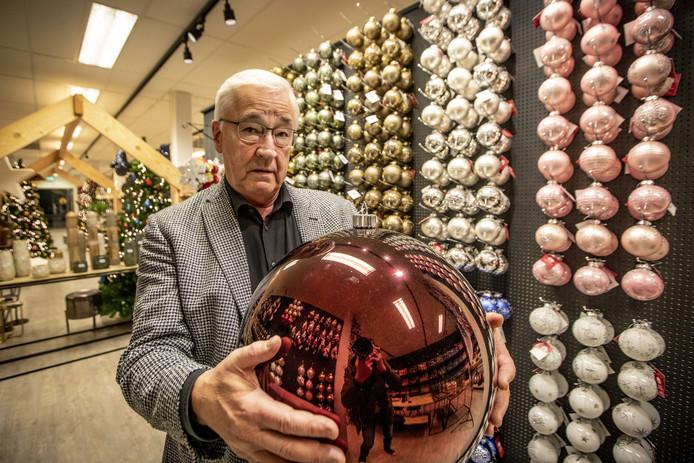 Bedrijf Othmar is groothandel in kerstballen. Eigenaar Harry Oude Weernink.