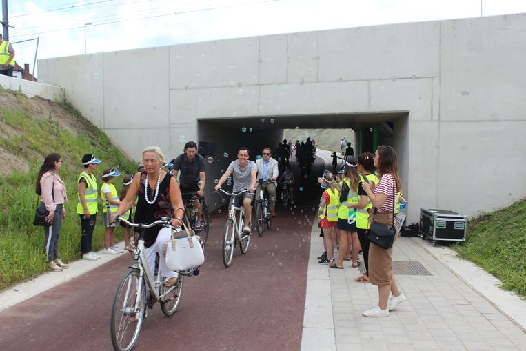 De eerste fietsers werden verwelkomd met zeepbellen.