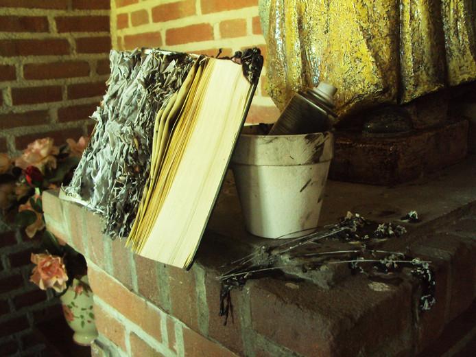 De Eindhovenaar die vorige zomer graven schond en urnen stal, is in 2017 ook al veroordeeld voor 'satanistische feiten'. Hij bekladde toen kerken en kapellen in de regio. In Knegsel stak hij een bijbel in brand.