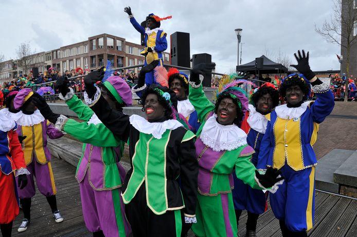 Zwarte Pieten bij de intocht in de Eemhaven, twee jaar geleden.