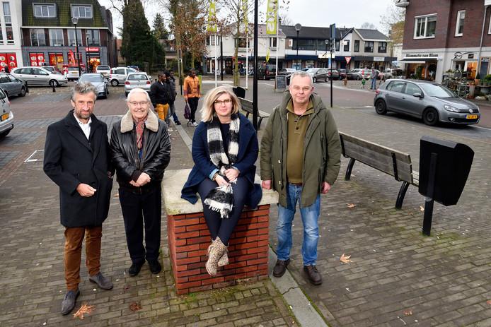 Evert ten Kate, Cor Sukking, Lara Stroes enTon de Ligt in het winkelhart van Soesterberg.