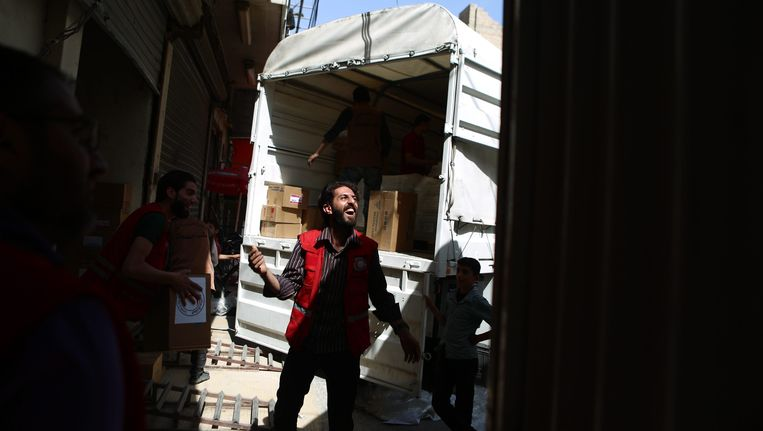 Een hulpmedewerker van het Syrische Rode Kruis in Douma, een buitenwijk van Damascus. Beeld epa