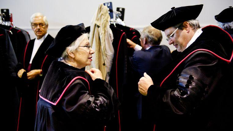 Hoogleraren kleden zich om in de Togakamer maandag voorafgaande aan opening van het Academisch Jaar op de Radboud Universiteit in Nijmegen. Beeld anp