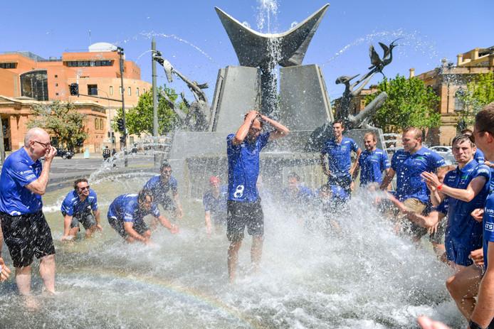 Leden van het Vlaamse Agoria-solarteam vieren de overwinning in de Challenger Class in Adelaide. foto Brenton Edwards/AFP