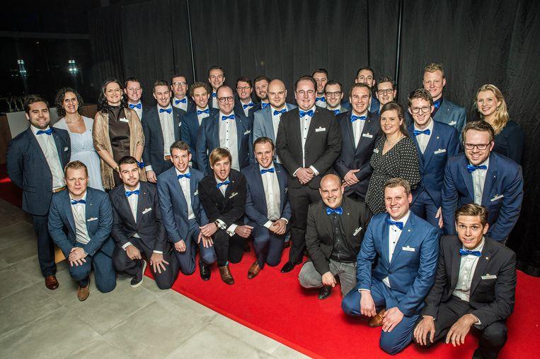 De leden van de nieuwe serviceclub Rotary RSL. Voor het eerst in een Roeselaarse Rotaryclub mogen ook vrouwen lid worden.
