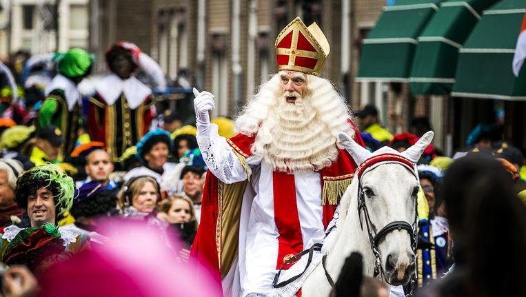 Sinterklaas arriveerde vanmiddag met zijn pieten in het centrum van Maassluis. Beeld ANP