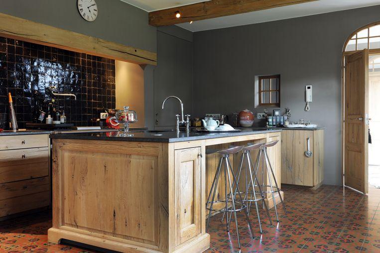 De keuken is gemaakt van onbehandeld eik. Let p de kraan in de spatwand om altijd water bij de hand te hebben.