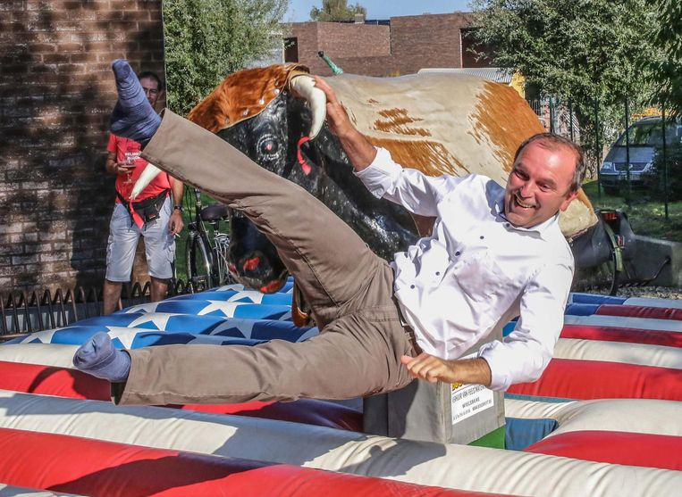 Burgemeester Jan Stevens op de rodeostier tijdens het feest.