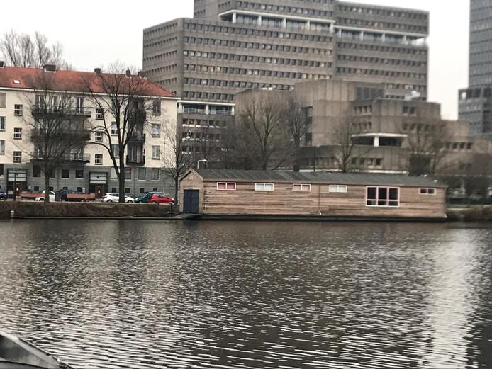 De nieuwe botenloods voor de Spiegelwaal, nu nog in Amsterdam.