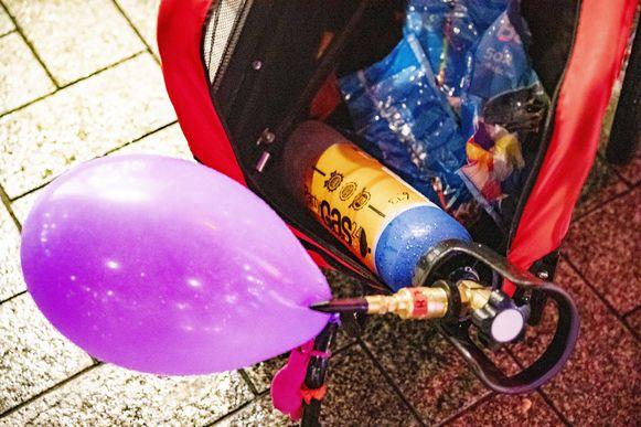 Met het lachgas worden ballonnen gevuld die vervolgens geïnhaleerd worden voor een korte roes.
