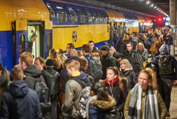 Drukte op station Oss, bij het vertrekken van de sprinter richting Den Bosch.