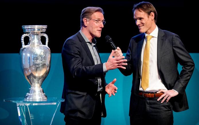 Hans van Breukelen, technisch directeur van de KNVB, en presentator Bas Ticheler (r) tijdens de onthulling van het logo van EURO 2020 in de Hermitage