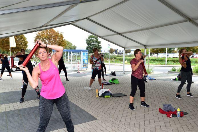 Bij het Green Health Center in Bodegraven staat sinds de sportscholen weer open mochten, na de eerste lockdown, een tent op het parkeerterrein. Veel groepslessen worden daar ook nu nog buiten gegeven.