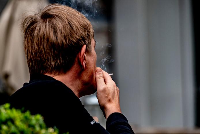 Roken op straat is er straks op sommige plekken in Groningen niet meer bij