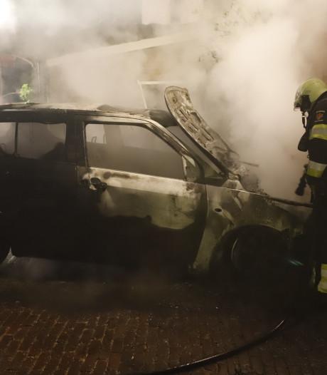 Auto brandt uit in Grave