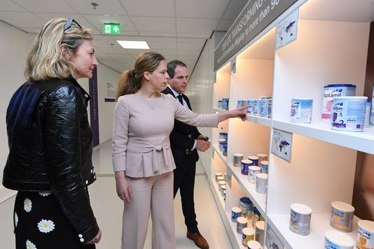 Nutricia opende maandag in Haps de nieuwe fabriek. Directeur Sijmon Hage geeft uitleg aan Carola Schouten (M) en Véronique Penchienati-Bosetta, EVP van Danone Specialized Nutrition.