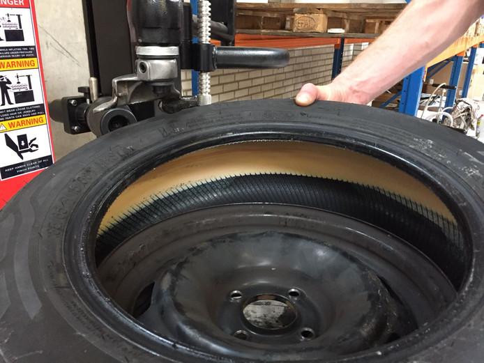 Een autoband bewerkt met een sealant, in dit geval van het bedrijf Ride-On in Zutphen, die de band langer zou laten meegaan.