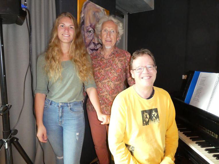 """Begeleiders Ashley Jongsma en Hanz Daniels met bewoner/muzikant Maarten Hageraats. Daniel: """"Dit helpt je eigenwaarde."""" Beeld Hans van der Beek"""