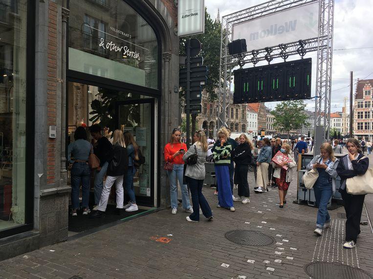 Allemaal in de rij in de Veldstraat, bij &Other Stories.