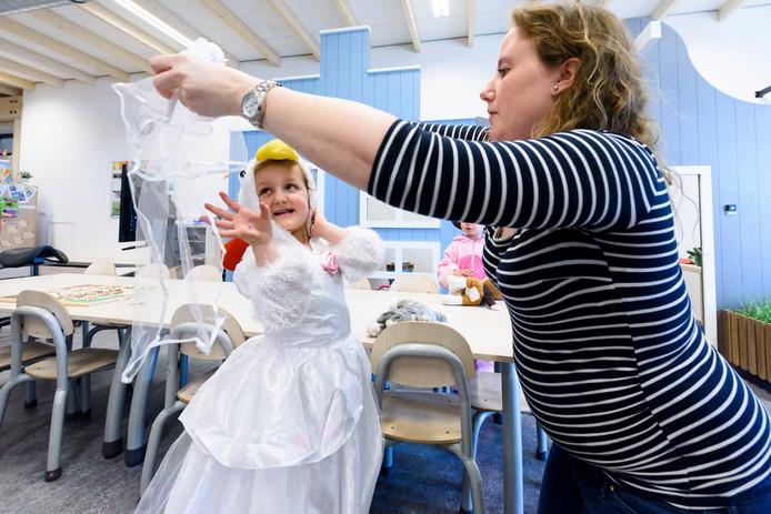 EINDHOVEN - Lena Stax op basisschool De Spaaihoeve. Zij heeft leukemie en gaat via Make a Wish vrijdag 12 april twee keer een toneelstuk met haar klas uitvoeren