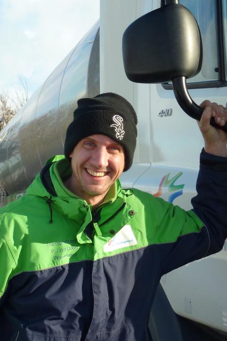 Chauffeur Rob stuurt melkwagen over de gladste boerenweggetjes