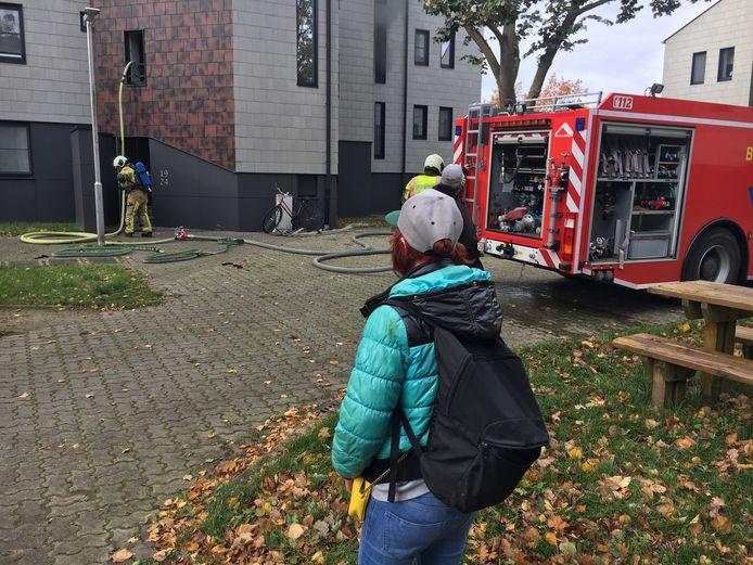 De bewoonster (hier met rugzak) van het getroffen appartement op het Wallaysplein in Wevelgem.