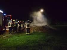 Brandweer blust broeiend houtschors in Reeuwijk
