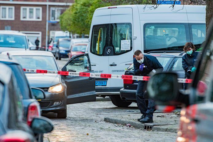 In de voorruit van de auto van slachtoffer Miki L. is een kogelgat te zien.