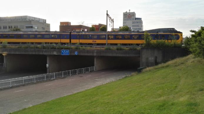De trein stond een flinke poos stil op het viaduct boven de Koning Stadhouderlaan.