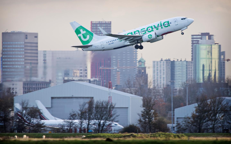 Een vliegtuig van Transavia stijgt op vanaf vliegveld Rotterdam The Hague Airport.