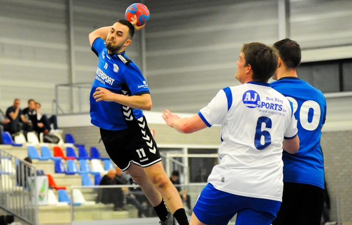 Ardian Ajdar (met bal) schiet op doel namens Delta Sport/EOC.