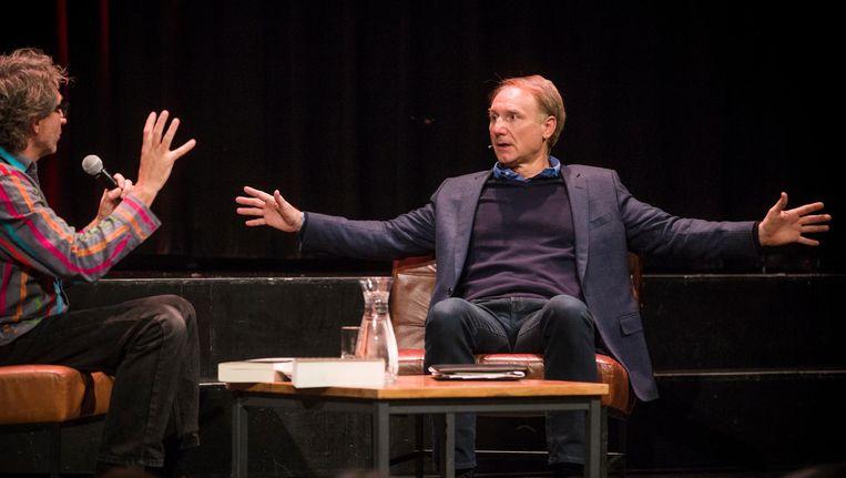 Dan Brown in Paradiso in gesprek met Frénk van der Linden Beeld Maarten Brante