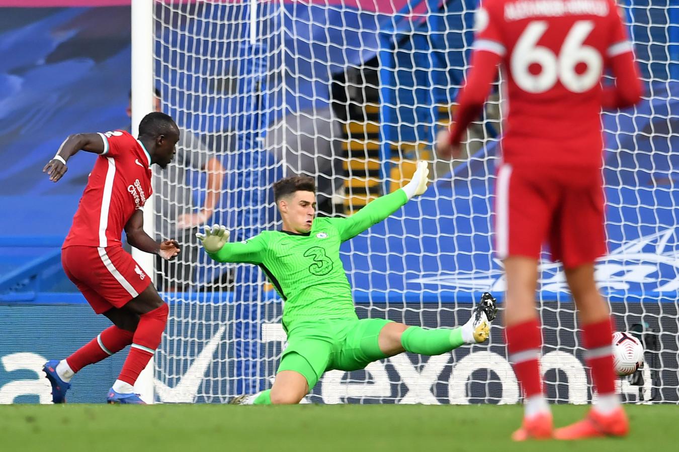 Sadio Mané schiet de 0-2 binnen na een afgrijselijke fout van Kepa Arrizabalaga.