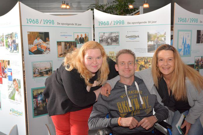 Medewerkers van Werkse! Delft voor de fototentoonstelling over 90 jaar sociale werkvoorziening in Delft.