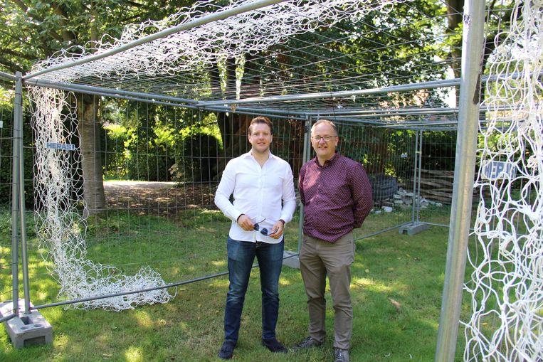 Schepen Aaron Demeulemeester (N-VA) en een medewerker van de technische dienst kwamen de kooi inspecteren.
