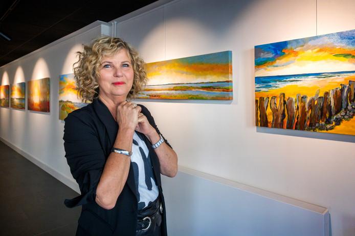 Gerda Elfring  met eigen werk in haar nieuwe galerie in de Gamersestraat in Zaltbommel.
