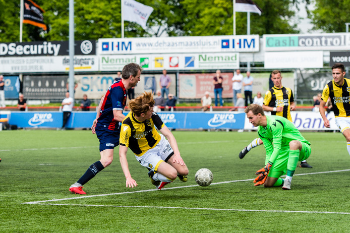 Doelman Jeroen Houwen in actie bij Jong Vitesse.