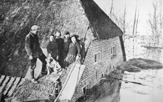 Deze foto toont de gevolgen van de overstroming in 1926 in Maasbommel. Behalve Balgoij en Niftrik kampten ook Appeltern, Alphen en Maasbommel met hoogwater. reproductie Jan Rikken