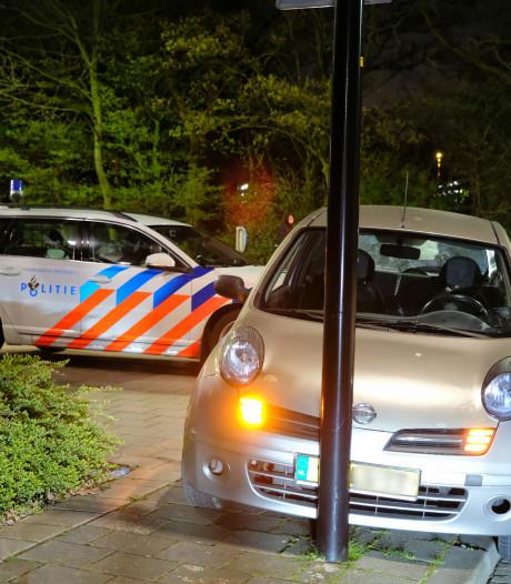 Politiewagen ramt verkeerszondaar in Vlaardingen