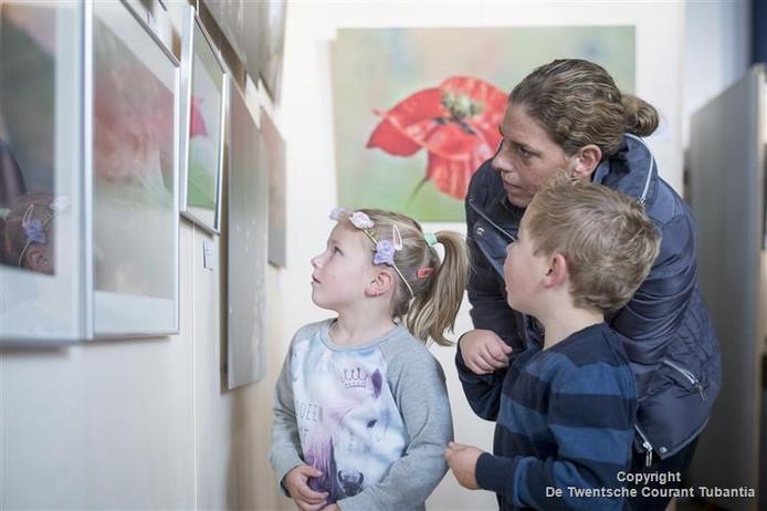 De allerjongste leerlingen van de Marijkeschool kijken vol verbazing naar een kunstwerk.
