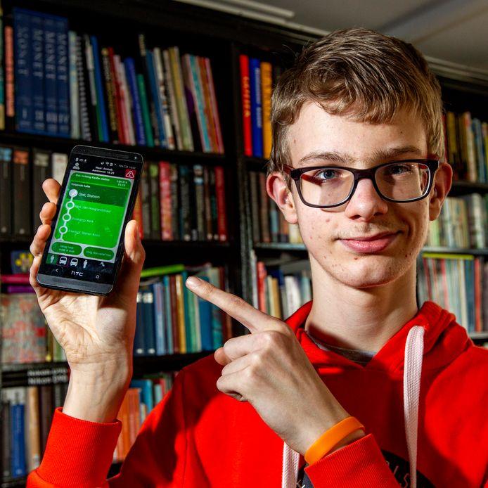 Ruben Bloemert maakt gebruik van Go OV, een app die het voor hem mogelijk maakt om ondanks zijn beperking zelfstandig te reizen.