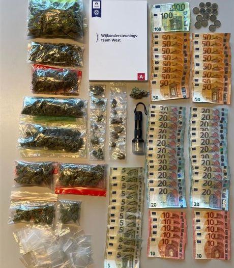 Politie houdt huiszoeking bij verdachten: 5.000 euro, 800 gram cannabis en gsm's in beslag genomen