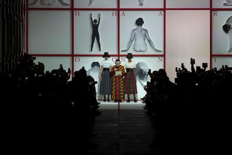 Tomaso Binga draagt een gedicht voor voorafgaand aan de modeshow van Dior. Beeld imaxtree