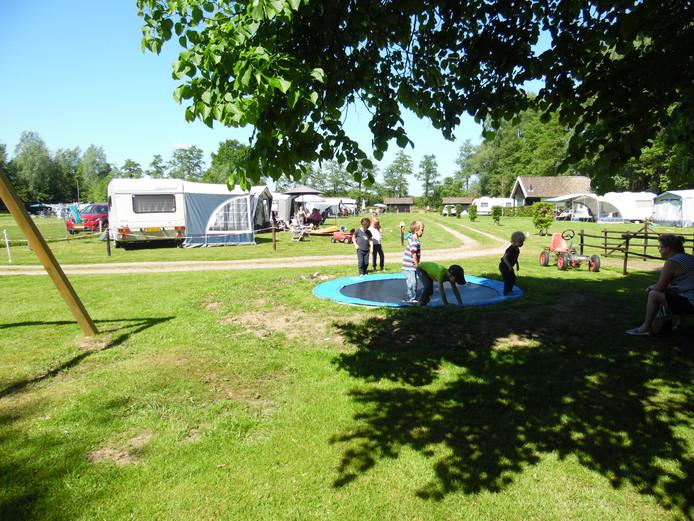 Het trekkersveld van de camping bij de Mariahoeve in Putten biedt nu officieel plaats aan vijftien kampeerders. Met een tijdelijke vergunning mogen dat er dertig worden.