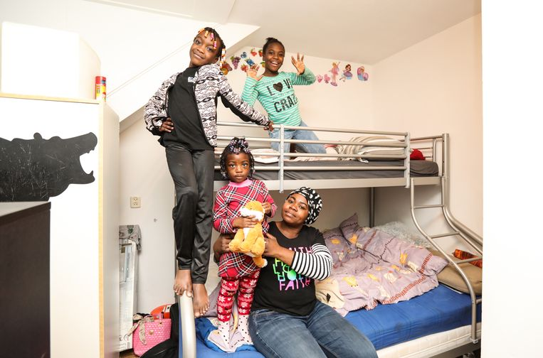 Elisabeth Ameyaw en haar kinderen kregen een stapelbed, bureautje, klerenkast en kinderfietsjes. Beeld Eva Plevier