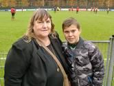 Oma ritselt nog even handschoenen van de keeper van PSV
