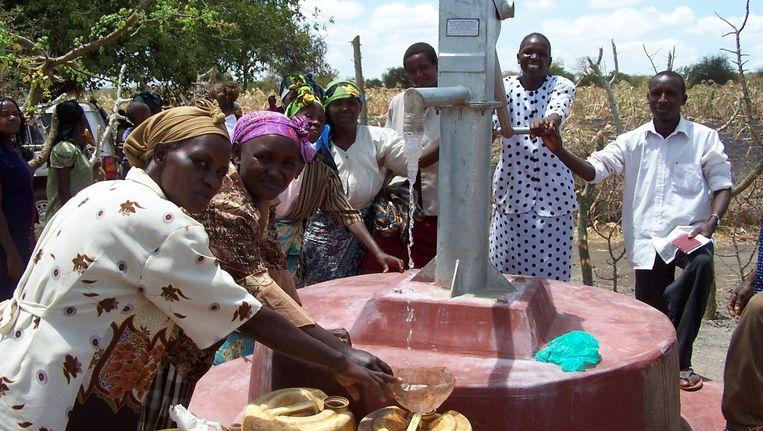 Vrouwen in Kenia bij een AMREF Flying Doctors waterput. Beeld anp