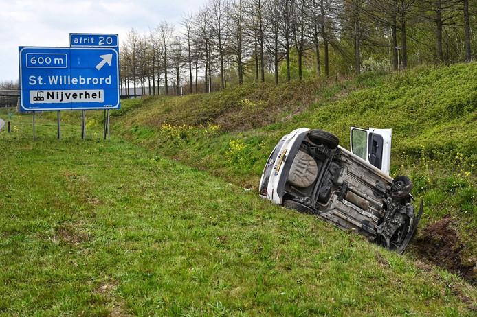 Auto rijdt de sloot in op A58 bij Etten-Leur. (archieffoto)